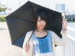 日傘の機能はその素材と色で決まる。知っておきたい日傘選びのコツ