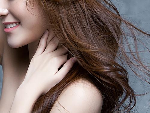 若々しさの秘訣は頭皮にあり。老けない髪を目指すヘアケア